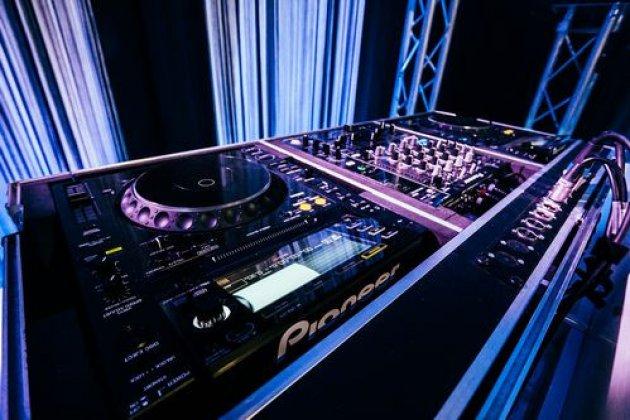 Bruiloft.DJ Only Pioneer DJ Booth