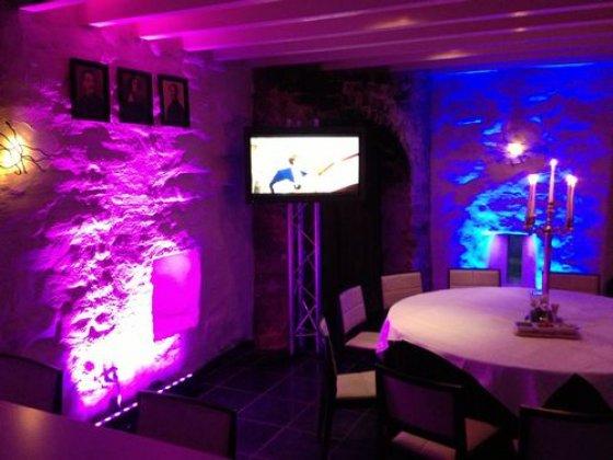Bruiloft.DJ Extra Videoschermen Trouwlocatie Kasteel Henkenshage Sint-Oedenrode